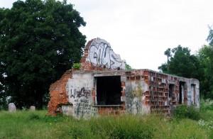 Ul. Swoszowicka. Ruiny budynku należącego do obozu Płaszów. Znów Mus – widoczny z daleka.