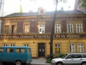"""Ul. Traugutta. 44 men will change this house in 44 weeks, 2012, część akcji artystycznej """"Chętnie pomogę"""" artysty o pseudonimie Pasożyt. Jest jeszcze mural w podwórku."""
