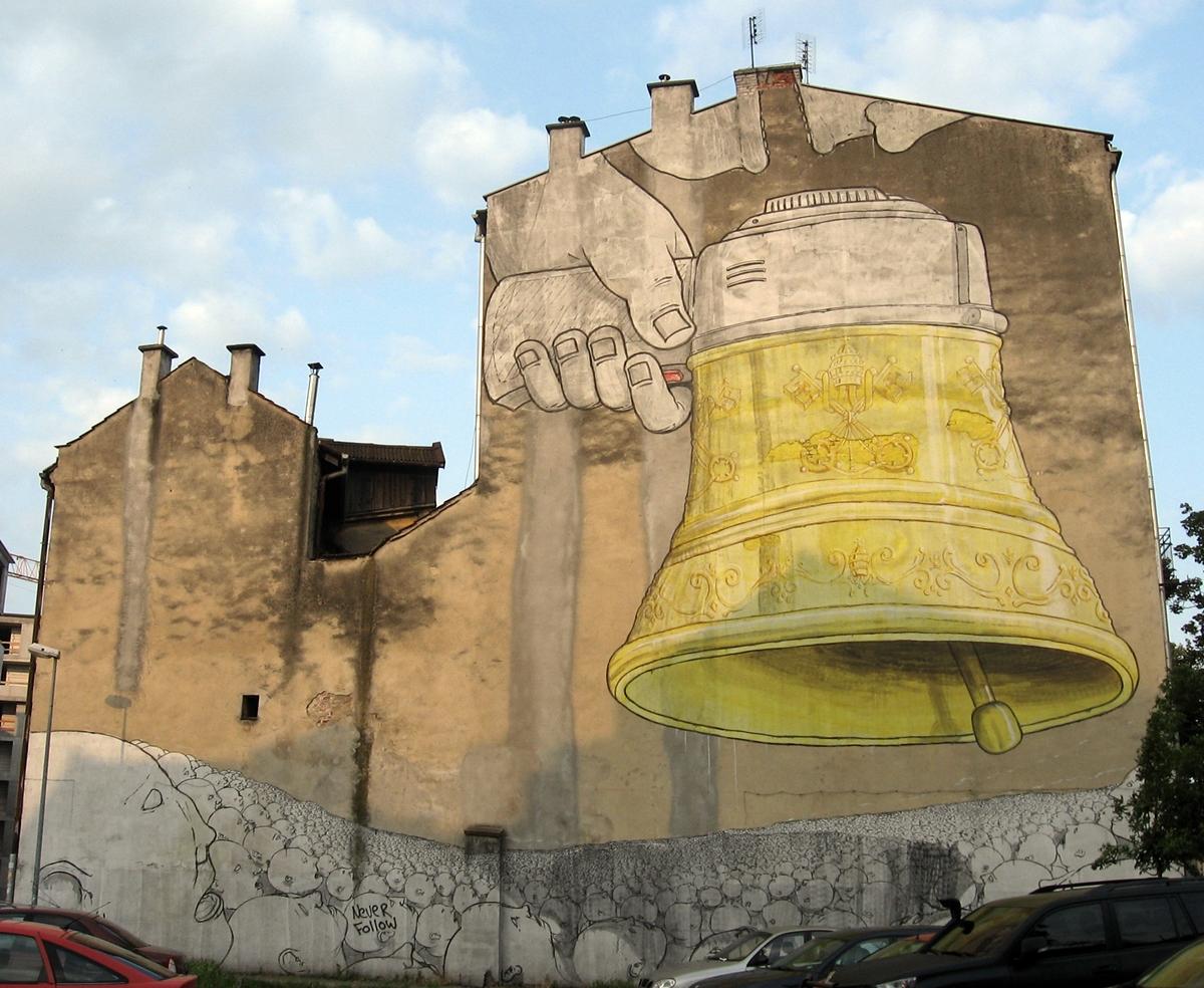 """Ul. Józefińska 3. Ding Dong Dumb, 2011, Blu (z Włoch), ArtBoom. Podobno najwybitniejsze dzieło street-artu w Krakowie. Jedni widzą dzwon, inni megafon, a po pewnym czasie wszyscy widzą piwo. Podobno okoliczni mieszkańcy nazwali go """"Dzwon papieski"""", ale w to nie wierzę."""