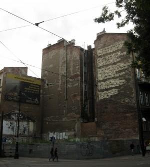 Róg ulic Straszewskiego i Piłsudskiego. Barcelona, 2012, Bartolomeo Koczenasz, ArtBoom. Powoli się sypie, na jednej ścianie jest już nieczytelny, walczy z reklamą usług odpędzania gołębi (bardzo potrzebna, ale nie na takiej powierzchni).