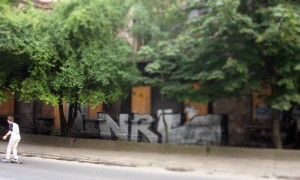 Ul. Czarnowiejska. Po drodze nie znalazłem muralu AGH, a tu jakiś tag. Kiepski, ale Czarnowiejską jechał deskorolkarz.