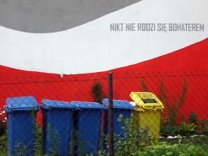 Ul. Kijowska 50. Nikt nie rodzi się bohaterem, 2012, Dariusz Paczkowski. Patriotyzm wystawiony na szwank przez ustawę śmieciową.