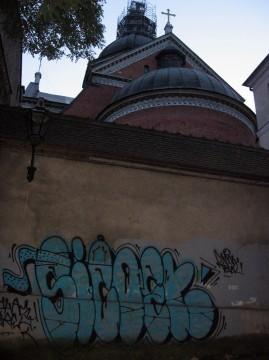 Planty pod kościołem Piotra i Pawła. Wandalizm w obrębie Starego Miasta. Beż żadnych walorów jako street art, śmieć.