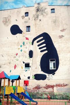 ul. Pogonowskiego 25, 2010, Massmix (kolektyw vlepkarski, kilka osób). Na bocznej ścianie szkoły, w której artyści prowadzili warsztaty dla dzieci w ramach projektu Lipowa 2010 – Reaktywacja. Tworzą głównie vlepki i szablony, projekt powstał zdaje się ze spontanicznie przygotowywanych szablonów. I tak wygląda.
