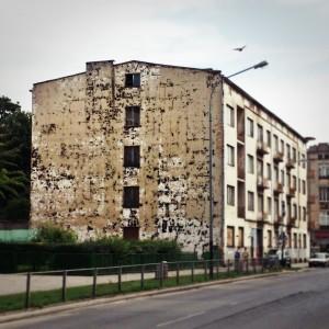 ul. Więckowskiego, ściana boczna, która sama w sobie wygląda jak mural.