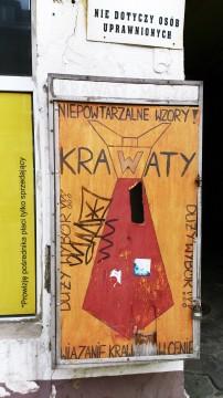 """ul. Nowomiejska, """"Wiązanie krawatów w cenie"""", reklama zakładu. Pasuje do galerii ;)"""