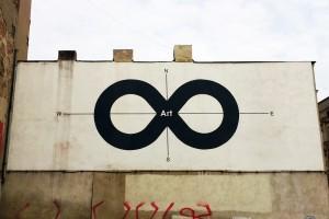 ul. Nowomiejska, 2012, Projekt: Tadeusz Piechura, wykonanie: Gregor (Grzegorz Gonsior). Mural powstał w ramach projektu Sztuka Obiecana / Typograffiti.