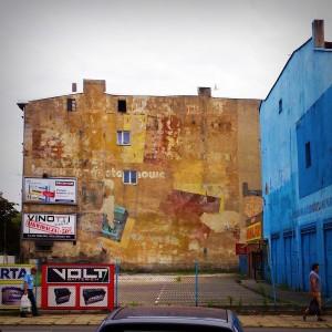 ul. Północna, róg Wschodniej. Resztki muralu reklamowego Chemitex-Stilon z czasów PRL-u.