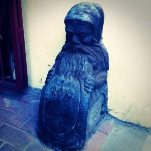 ul Narutowicza, krasnal, odbojnik przy wejściu do kamienicy. Jest takich więcej, widziałem je nawet na Wólczańskiej bodajże. Były wcześniej, niż we Wrocławiu ;)