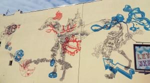 ul. Wólczańska 159, 2013, Gregor (Grzegorz Gonsior). Niestety zawsze muralowi towarzyszy billboard, akurat teraz jakoś dobrany kolorystycznie do pracy artysty.